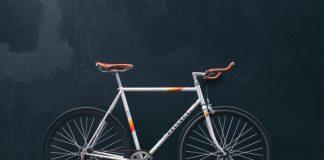 cestovni bicikl na tamnoj pozadini